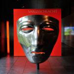<p><strong>Varus Maske, Museum und Park Kalkriese, PS Spritzmetall Aluminium, poliert</strong></p>