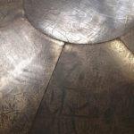 <p><strong>Deckenplatten, MDF, PS Spritzmetall Bronze, stukturiert, schwarz patiniert</strong></p>