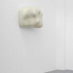 <p><strong>Beschichtung:</strong> <strong>Effektlackierung Vanille hochglänzend </strong></p> <p>Thomas Rentmeister, ohne Titel, 2021, Polyester, 59 x 84 x 34 cm, Auflage: 5 + 1 e.a.</p>